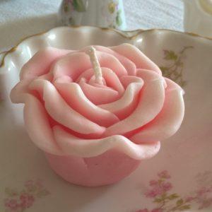 Rose délicate  : Bougie parfumée et décorative à la cire végétale.